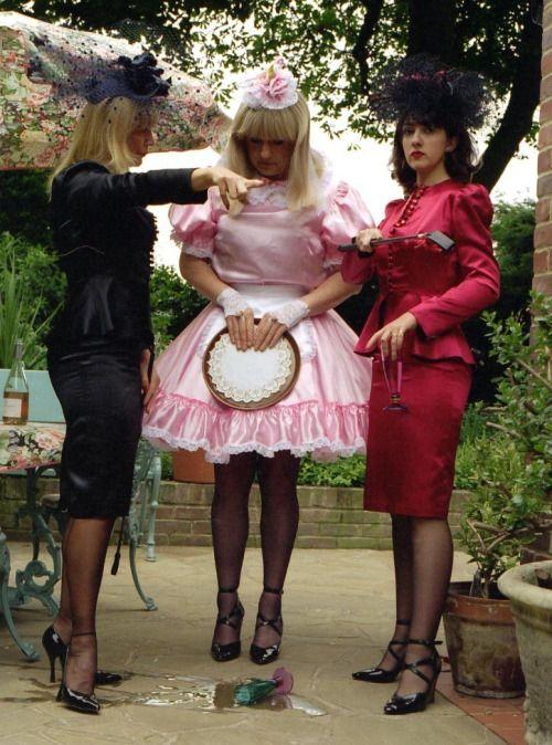 Avec Mrs Silk et ses assistantes, les sissies ne sont pas là pour rigoler.