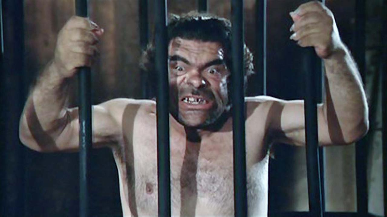 Rassurez-vous, Salavatore Baccaro, qui joue l'affreuse « Bestia in calore », est aussi effrayant au naturel qu'à la scène. C'est d'ailleurs pourquoi a été choisi.