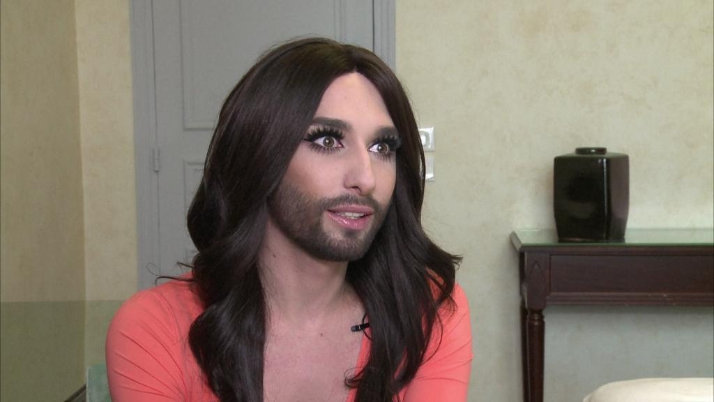 Conchita Wurst, garçon aux cheveux longs, ou femme à barbe