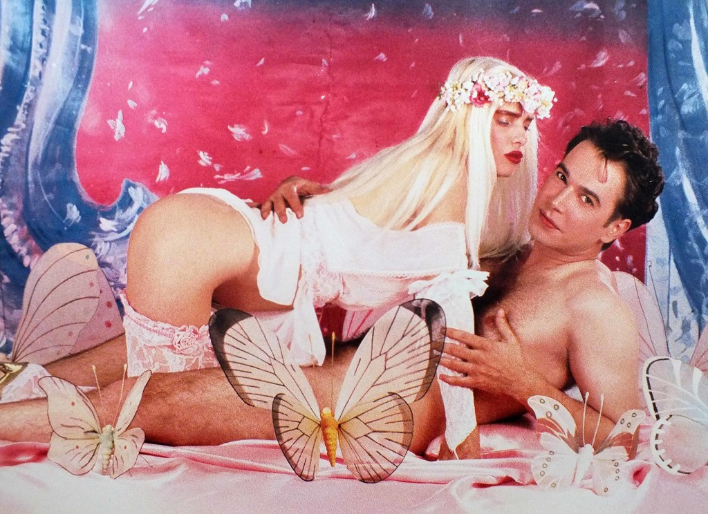 Jeff-Koons-serie-Made-in-Heaven-Ilona-on-Top-Rosa-Background-1990---Silvia-Neri
