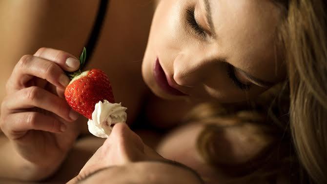 LVDX - PRATIQUE SEXUELLE - Sexe - jouez avec la nourriture - Visuel (3) - Fraise